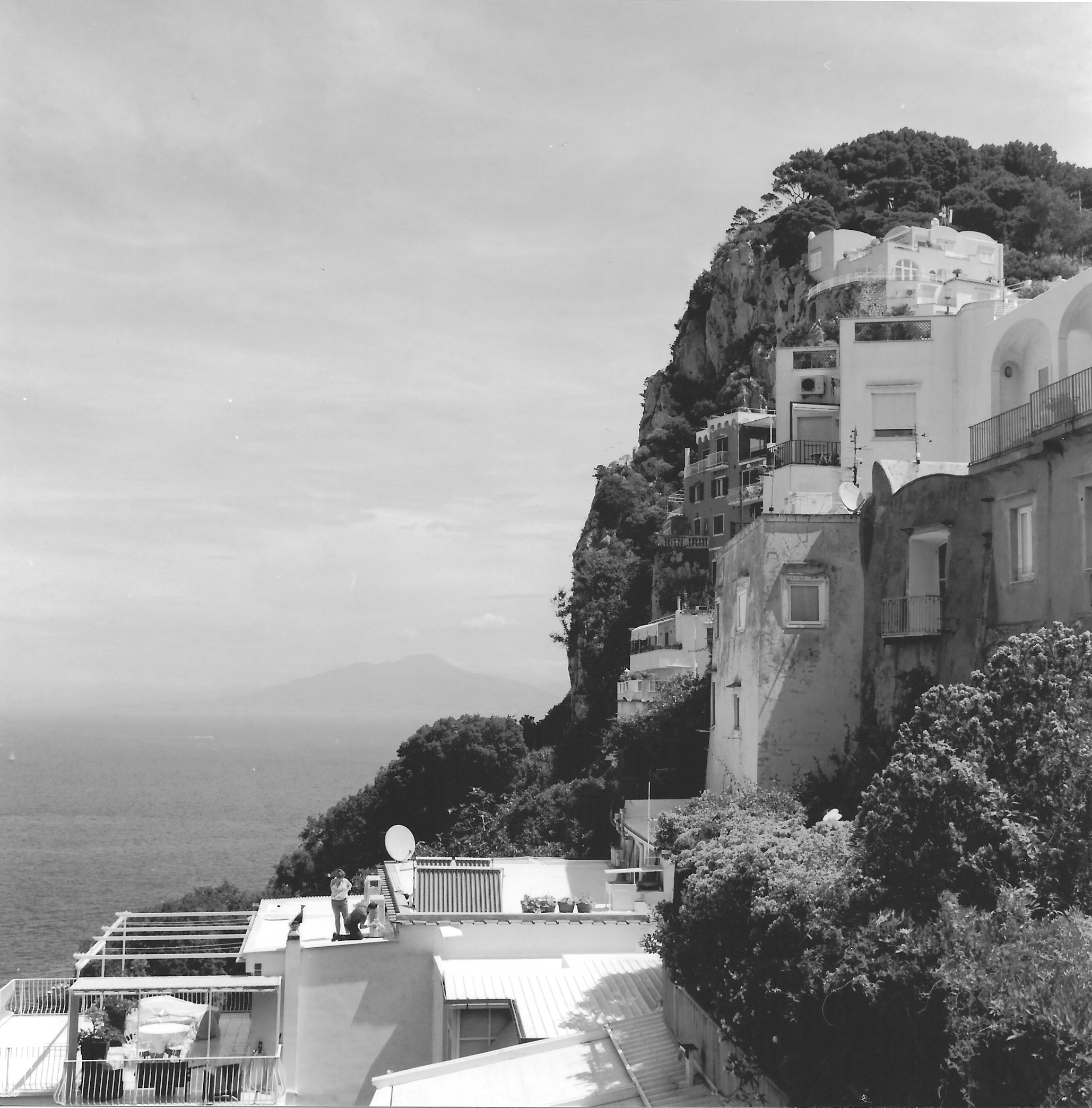 Capri, veduta su Ischia (and man at work).jpg
